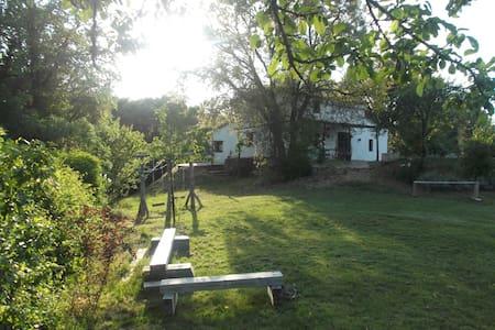 Bonita casa rural en finca de 2 Ha - Fuenteheridos