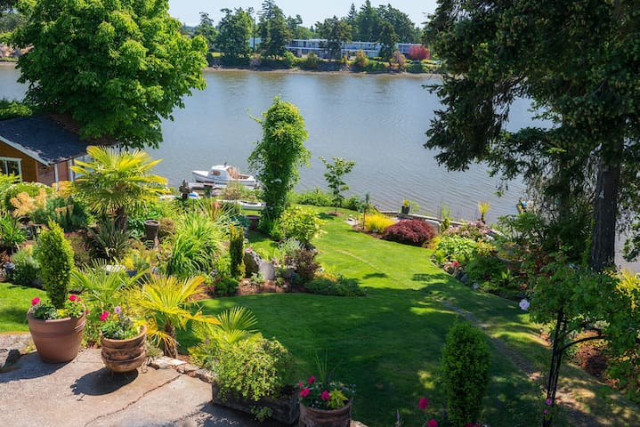 PARADISE FOUND! - WATERFRONT HAVEN. - Victoria - Huoneisto