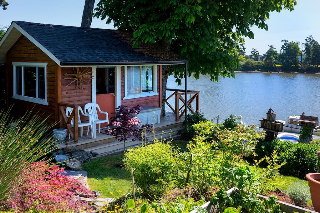 In addition to suite, there is a cute waterside cabin on the property, available for guests to use for tranquil water side time .