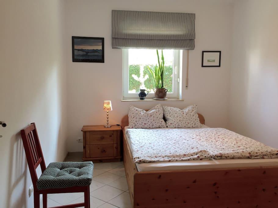 Schlafzimmer mit Doppelbett (1,40 m x 2m)