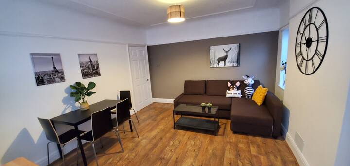 4 bedrooms for 9 Bright and Spacious Free Parking