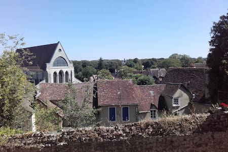 Fenêtre au calme sur le vieux Chartres ***