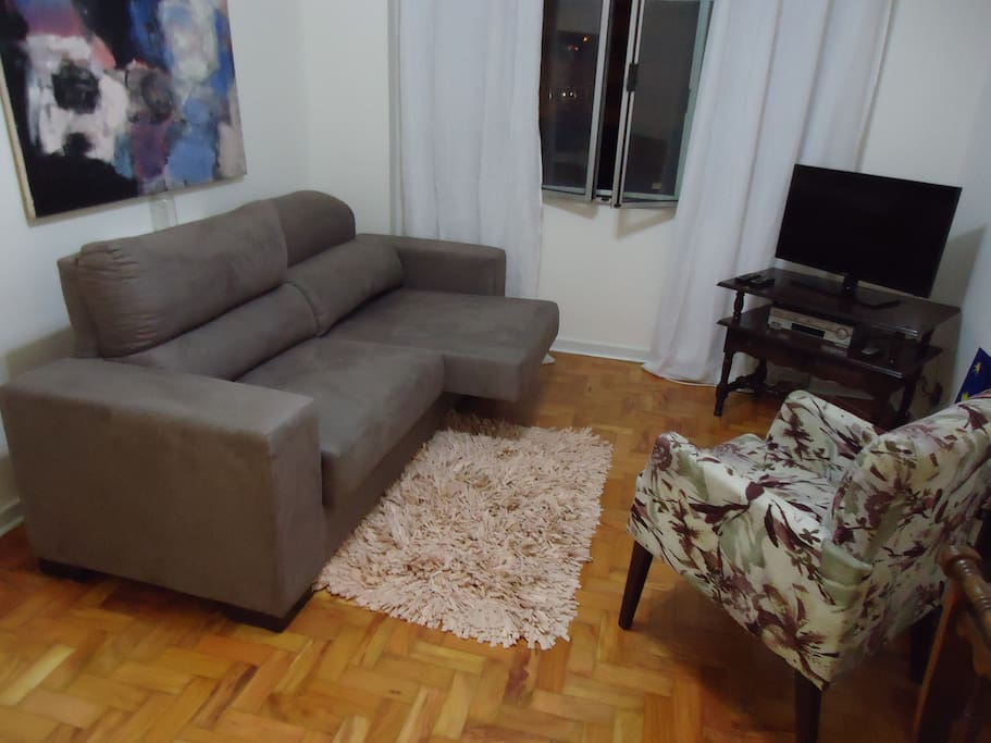 Very nice and secure apt. Heart of night and day life of São Paulo. Two subway stations (800/900m). Photo: Living room; reclining sofa, thermo-acoustic windows, pay TV (HD), internet (WiFi).