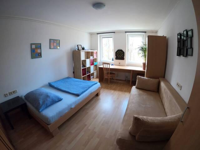 Ruhiges Zimmer mit Balkon nahe dem Augarten