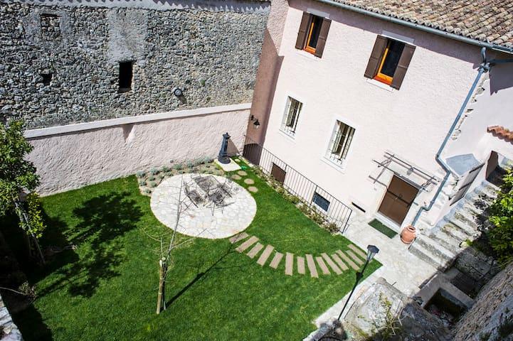 facciata e giardino di erbe aromatica