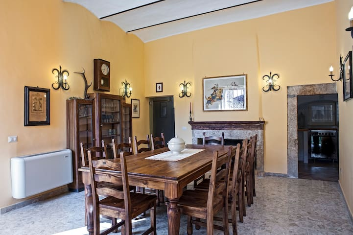 Il grande salone con tavolo 10 posti a sedere