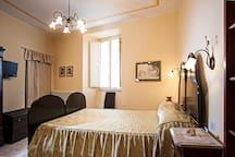 camera da letto arredata con mobili d'epoca