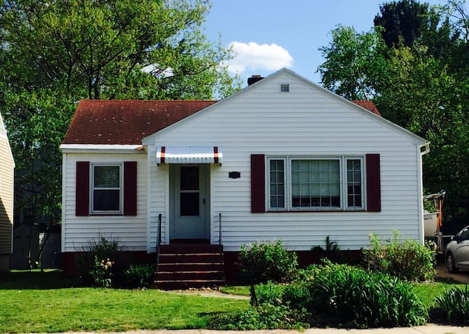 Charming 1950s Cottage in Quiet Neighborhood - Marquette - Ház