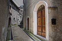 Ingresso della villa dal vicolo ne piccolo borgo medievale