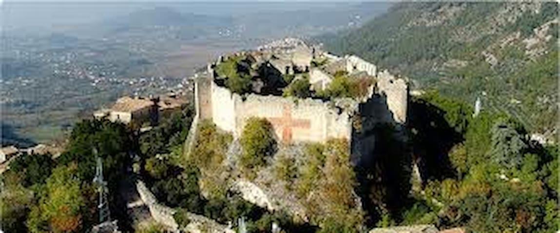castello di vicalvi, la nostra casa confina con il castello