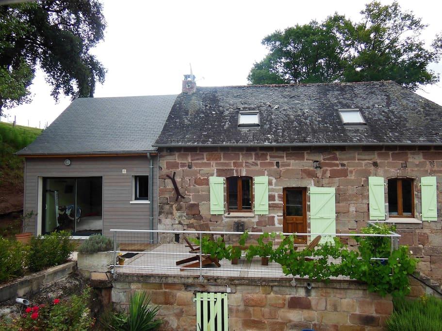 La chambre et la salle d'eau privée se situe dans l'extension neuve de la maison.