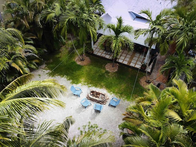 The Tropical Oasis   2 Bdrm Home with Large Yard
