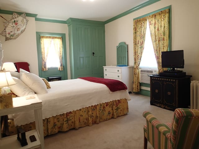 Room in Historic Downtown at the Holladay House - Orange - Aamiaismajoitus