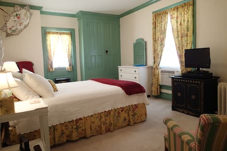 Room in Historic Downtown at the Holladay House - Orange - Bed & Breakfast