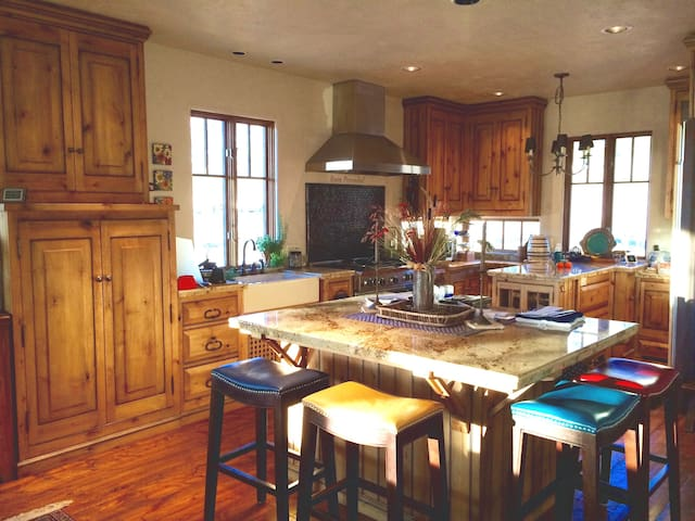LUXURY HOME WITH MOUNT SOPRIS VIEWS, NEAR RIVER