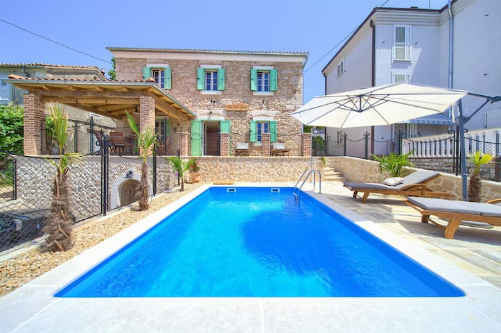 Villa Stone Queen with heated pool and Seaview