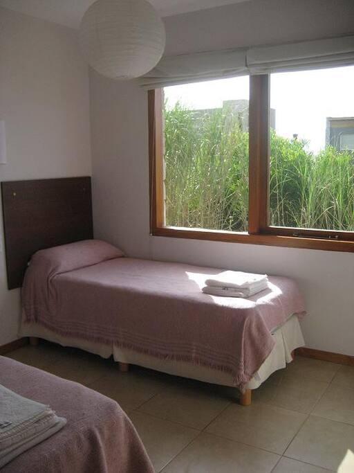Dormitorio con dos plazas.