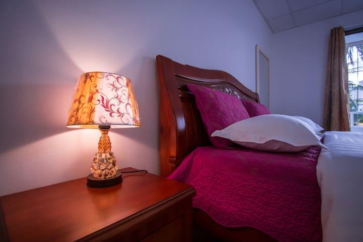 卧室台灯。