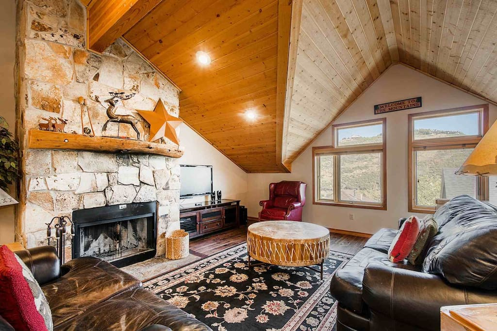 Additional features include a one-car garage, stunning wood burning fireplace, HDTVs, Comcast, Apple TV, Wi-Fi, a master suite and beautiful views.