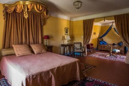 """SUITE """"LOUISE DE SAVOIE"""" au château - Valensole - Bed & Breakfast"""