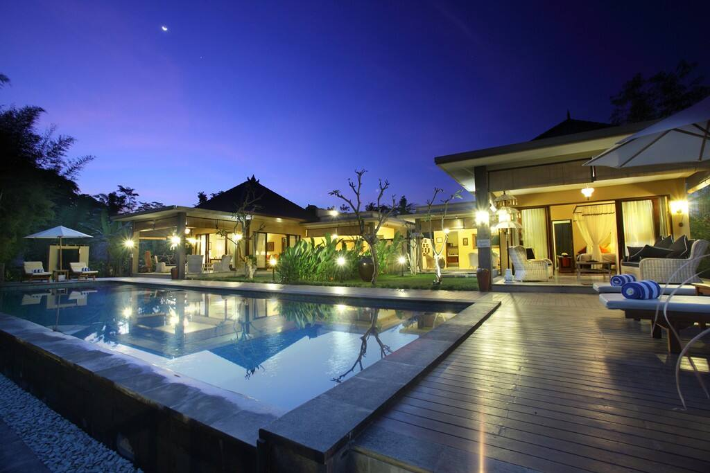 The exterior of the Artist's Suite and the pool at night