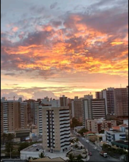 lindo pôr do sol, visto da varanda do apartamento.