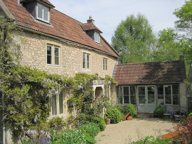 Double room in period village house - Bath - House