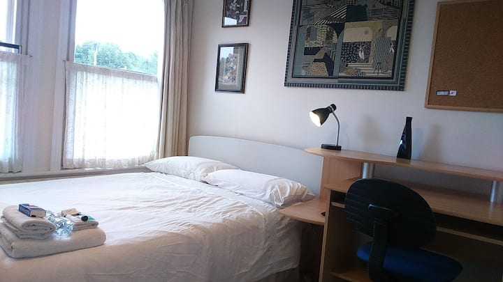 BnB Single/Double room, Parking, WiFi,TV/DVD,Desk