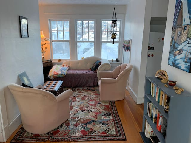 Beautiful and bright! Spacious and cozy! Riverview