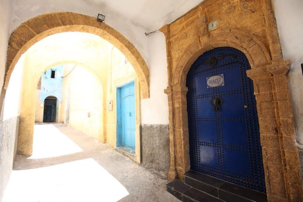 La porte ancienne avec le trident ..qui symbolise Neptune