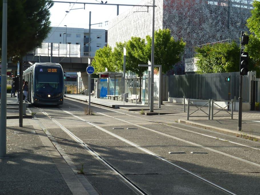 Le tram (toutes les 3 à 5 minutes) en accès direct 15 minutes à l'Hôtel de Ville - Cathédrale Saint André.