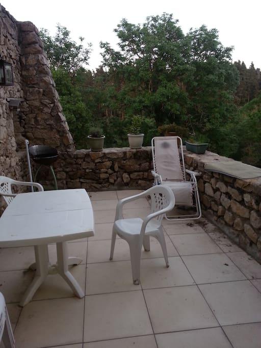 La terrasse de la maison, accessible aux visiteurs. Sans vis à vis, elle est exposée Sud-Est
