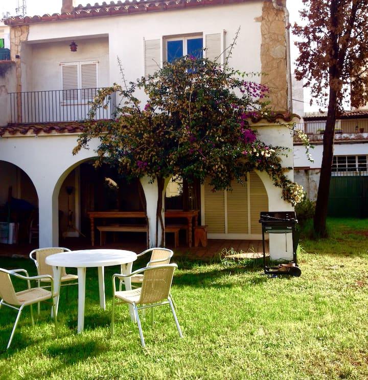 Casa Catalana con jardín y porche