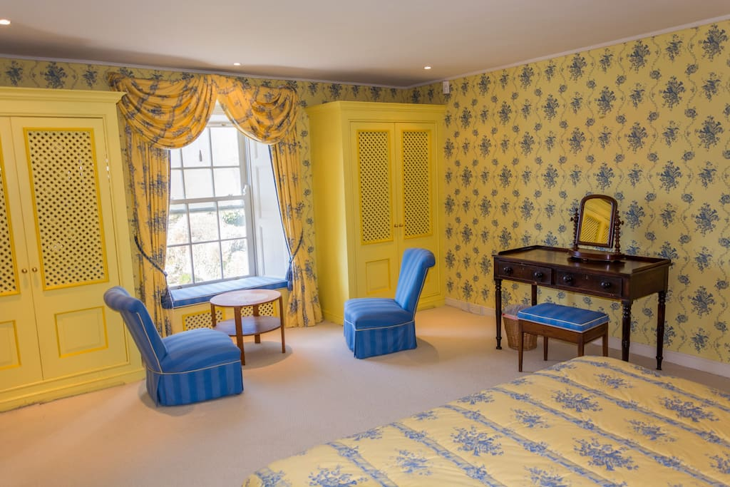 The yellow bedroom/ Main House/ SuperKing bed