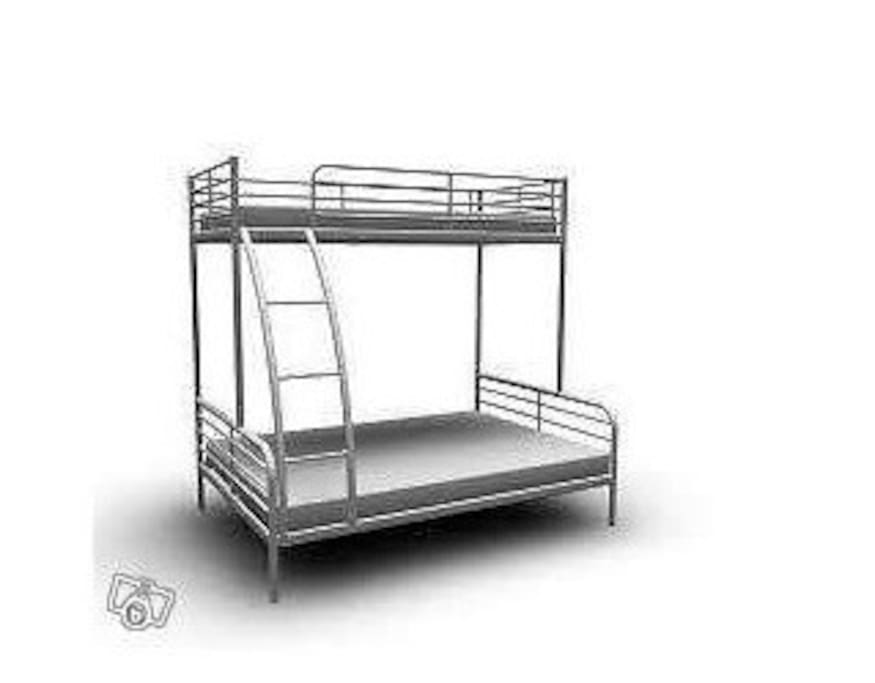 There is a bunk bed with a 140 cm wide mattress down, a 80 cm wide mattress upstairs and then there is another 140 cm wide mattress under the bed, on the floor if you need to sleep many people.