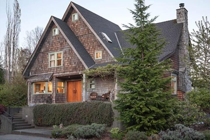 Private farmhouse/26 acres/sauna/treehouse/patio