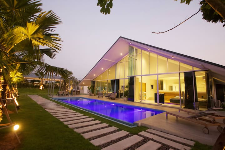 Luxury Family Pool Villa: (19p) PS4 & Apple Tv