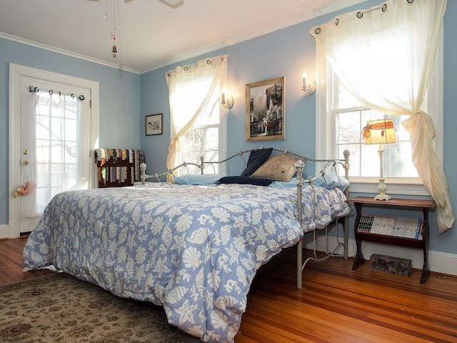 Blue Willow sleeps 2.  Memoryfoam daybed can be converted into a king or separate twins