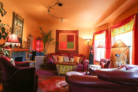 2 Bedrooms in Colorful Vintage Home - Oakland