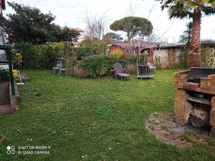 Appartement dans une villa avec un grand jardin.