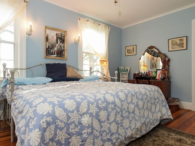 Blue Willow, you can book this room separately. For more pictures, view our Blue Willow listing.