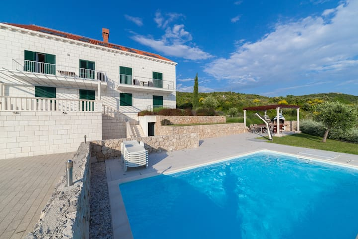Villa with great sea views and pool