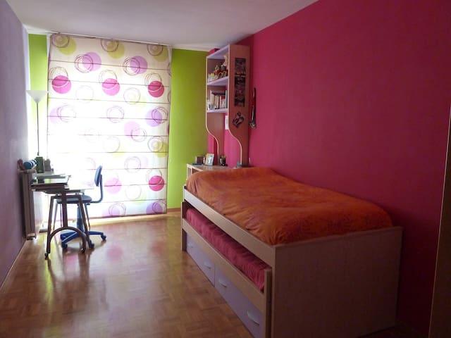 alquilo habitación con nido cama  - Sarriguren - Appartement