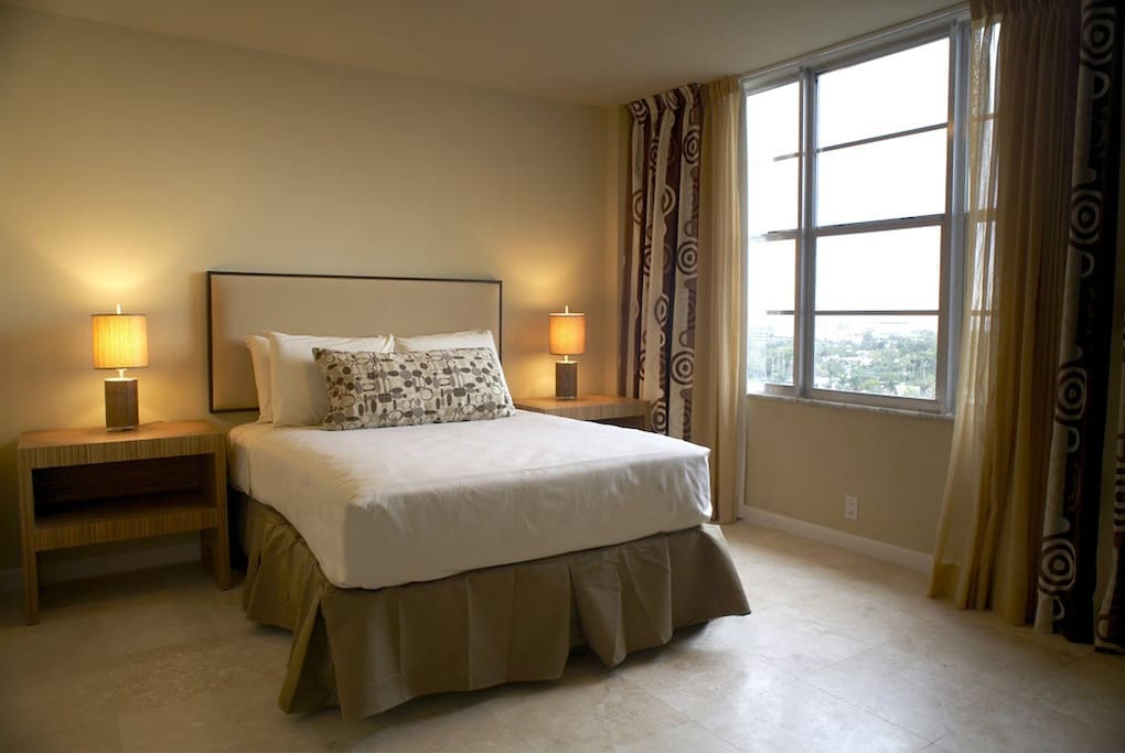 master bedroom comes with 1 queen or king size bed