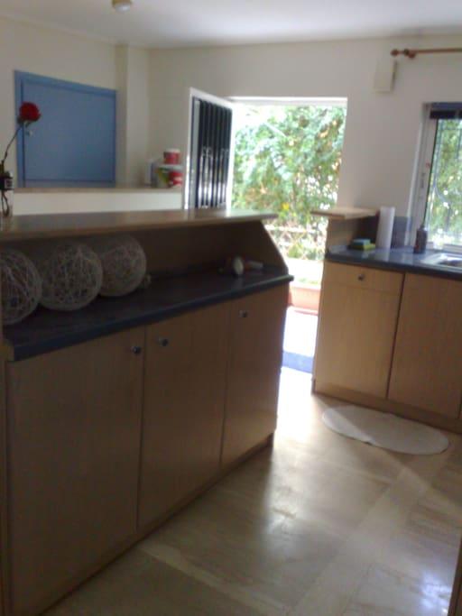 Κουζίνα με γωνία φωτογράφησης πρός την έξοδο