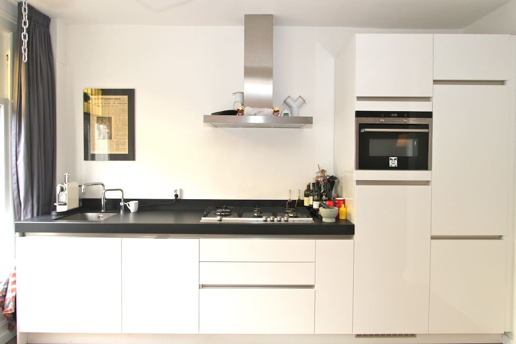 Kitchen with instant boiled water and all the comfort you need to prepare yourself a nice dinner.