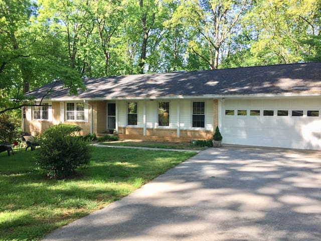 Classic 50's Delight - Minutes from Lake Lanier