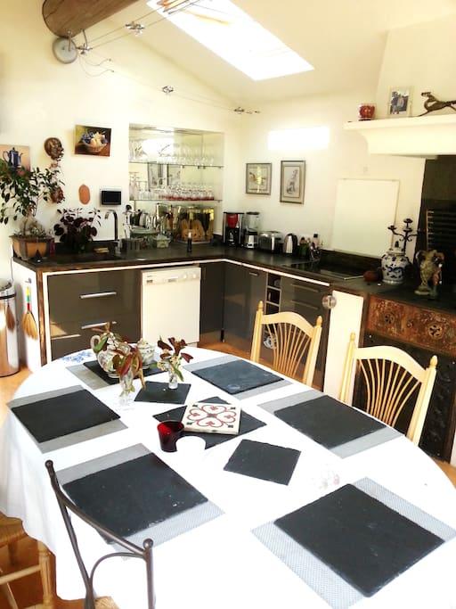 Option villa  plein pied :tarif saison sur demande A l'intérieur de la véranda grande table familiale et espace cuisine entièrement équipé