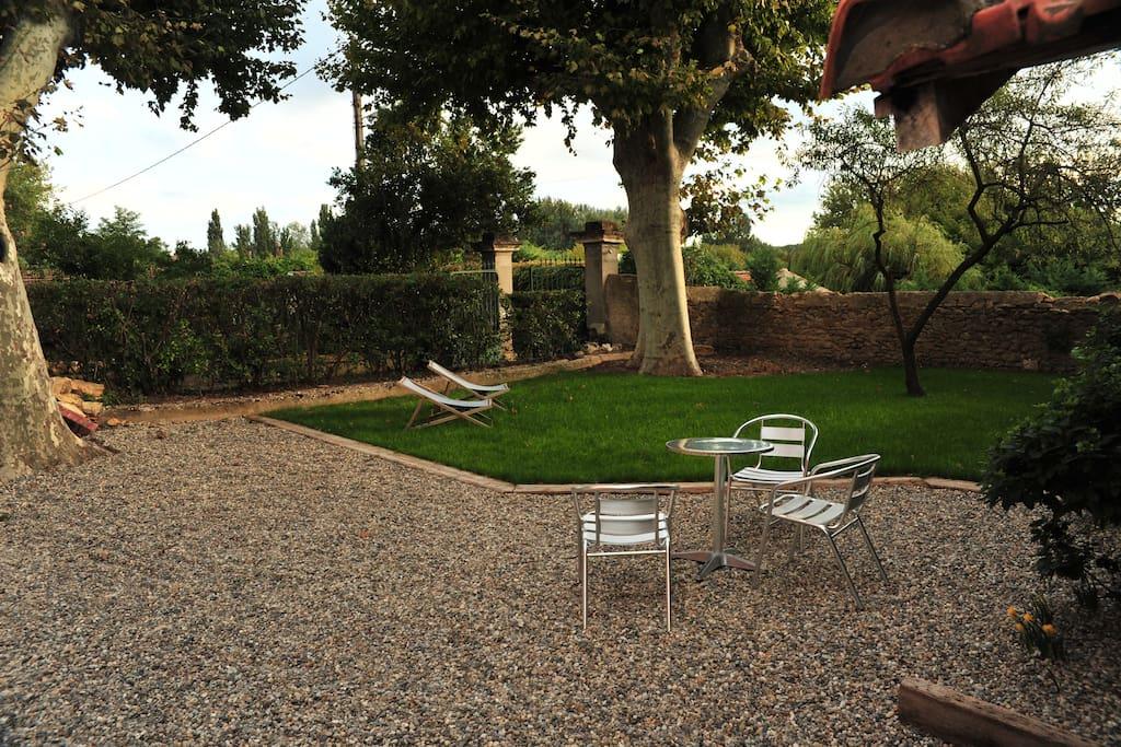 Repas et détente au jardin, entre ombre et soleil !
