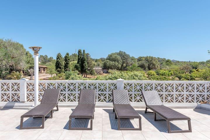 Moderna villa di campagna con terrazza sul tetto, giardino e Wi-Fi; parcheggio disponibile
